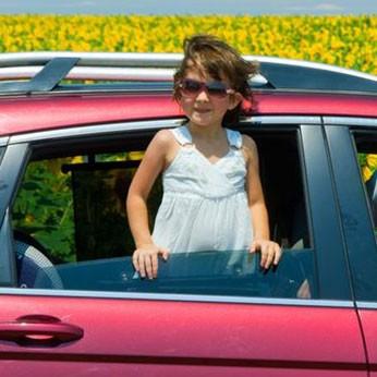Lassen Sie Ihre Kinder niemals im alleine im Auto. Bei Hitzte ist das lebensgefährlich. Besonders für Babys.