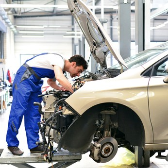 Auto wird in der Werkstatt repariert - Jetzt auch von unserem flächendeckenden Werkstattnetz profitieren!